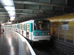 Métropolitain, station Nation - English:   MF 67 à Nation (23 février 2008) Le prédécesseur du MF 2000 sur la ligne 2.