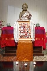 Ancien musée du Bois, actuellement Institut International Bouddhique -  La pagode du bois de Vincennes a été installée dans l'ancien pavillon du Cameroun, un des vestiges de l'exposition coloniale de 1931 (architecte: Louis-Hippolyte Boileau) qui a été restauré. Elle abrite le plus grand Bouddha d'Europe qui est recouvert de feuilles d'or et mesure, avec son socle, plus de 9 mètres de haut. Dans l'enceinte de la pagode de Vincennes fut également construit entre 1983 et 1985 le temple bouddhiste tibétain de Kagyu-Dzong. La pagode de Vincennes est occupée par diverses obédiences des écoles bouddhiques de la région parisienne <a href=