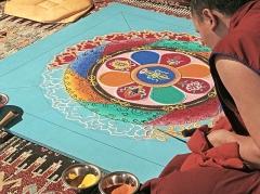Ancien musée du Bois, actuellement Institut International Bouddhique -  Moine du monastère tibétain Sera Mey  réalisant un Mandala à l'intérieur de la pagode du bois de VIncennes à l'occasion du 13ème festival du Tibet et des peuples de l'Himalaya www.tibet-info.net/festival/13eme-Festival-du-Tibet-et-de...
