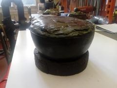 Mobilier National - Français:   Boulet de ciseleur vu de côté, utilisé pour fixer les objets en bronze à ciseler