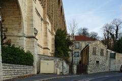 Ancien aqueduc des eaux de Rungis ou aqueduc Médicis (également sur communes de Rungis, Arcueil, Fresnes, Cachan, L'Hay-les-Roses, Gentilly, dans le Val-de-Marne) -  Maison accolée à l'Arche à Arcueil (94)