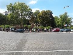 Barrière d'Enfer - Polski: Ludzie czekający w kolejce do katakumb paryskich