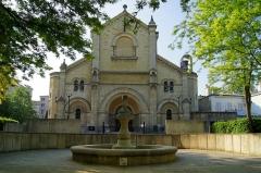 Eglise Notre-Dame-du-Travail -  La fontaine devant Notre Dame du Travail à Paris.