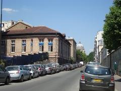 Hôpital Cochin (ancien noviciat des Capucins) - English: View of the north part of the rue de la Santé in Paris. On the left some of the buildings of the Cochin hospital, in the back the dome of the Val-de-Grâce Church.