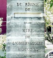 Parc Montsouris - Français:   Parc Montsouris (texte inscrit sur la mire du sud) - Paris XIV. Le nom de Napoléon a été martelé.