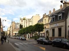Institut Pasteur - Français:   La rue du Docteur Roux à Paris. Vue en direction nord vers le boulevard Pasteur. À droite le bâtiment historique de l\'institut Pasteur.