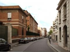 Institut Pasteur - Français:   La rue Falguière à Paris, vue en direction Nord vers le boulevard Pasteur. À gauche l\'arrière de l\'institut Pasteur.