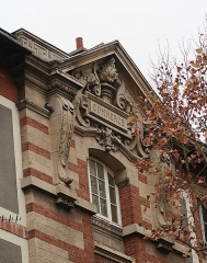 Ecole Jean-Baptiste Say - Français:   Fronton «Commerce», lycée Jean-Baptiste-Say, côté rue Chardon-Lagache (Paris, 16e).