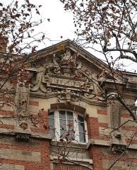 Ecole Jean-Baptiste Say - Français:   Fronton «Industrie», lycée Jean-Baptiste-Say, côté rue Chardon-Lagache (Paris, 16e).
