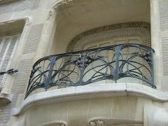 Ancien hôtel Mezzara - Deutsch: Schmiedeeisernes Balkongeländer von Hector Guimard in Paris, 60 Rue La Fontaine, 16.Arrond.