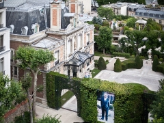 Hôtel - English:   Rafic Hariri\'s former residence in Paris, France. Two posters with his photos. View from the terrace at Apple HQ in Paris.