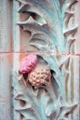 Immeuble Les Chardons - Décor de l\'immeuble conçu en 1903, situé au 2 rue Eugène-Manuel à Paris, par l\'architecte Charles Klein et le céramiste Emile Muller.  L\'édifice très coloré en bleu-vert et ocre est du plus beau style art nouveau. Il est recouvert de grès flammé en céramique avec une décoration déclinant les chardons (inspirée du peintre Eugène Grasset) .  L\'immeuble est inscrit à l\'inventaire des Monuments historiques  A consulter: paris1900.blogspot.com/2007/05/2-rue-eugne-manuel-et-9-ru...  lartnouveau.com/belle_epoque/architectes_paris/paris16/ch...