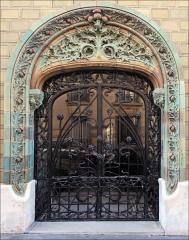 Immeuble Les Chardons - Porte d\'entrée de l\'immeuble conçu en 1903, situé au 2 rue Eugène-Manuel à Paris, par l\'architecte Charles Klein et le céramiste Emile Muller.  L\'édifice très coloré en bleu-vert et ocre est du plus beau style art nouveau. Il est recouvert de grès flammé en céramique avec une décoration déclinant les chardons (inspirée du peintre Eugène Grasset) .  La ferronnerie est l\'oeuvre de Dondelinger. L\'immeuble est inscrit à l\'inventaire des Monuments historiques  A consulter: paris1900.blogspot.com/2007/05/2-rue-eugne-manuel-et-9-ru...  lartnouveau.com/belle_epoque/architectes_paris/paris16/ch...