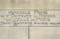 Immeuble dit Castel Béranger -   Le Castel Béranger, Paris — est un immeuble de rapport de trente-six appartements situé 14, rue La-Fontaine dans le 16e arrondissement de Paris. Il a été conçu par l\'architecte Hector Guimard. Sa construction a lieu à partir de 1895 jusqu\'en 1898. C\'est un chef d\'oeuvre d\'art nouveau français.  Hector Guimard y applique un principe fondamental de l'Art nouveau: celui de l'unité complète de l'œuvre. Il est également, et comme à son habitude, l\'auteur du second-œuvre et de la décoration intérieure (sols, menuiserie, serrurerie, vitrerie et vitrail, peinture, tapisserie et papier-peint) mais aussi du mobilier. On retrouve à l\'extérieur plusieurs thèmes chers à l\'auteur: le bow-window, la loggia, le balcon et la ferronnerie ouvragée. L'immeuble est primé au 1er concours de façades de la Ville de Paris en 1898. extrait de Wikipedia:  fr.wikipedia.org: Castel Béranger