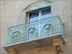 Immeuble dit Castel Béranger - Balcon de la façade principale du Castel Béranger à Paris  Le Castel Béranger est un immeuble de rapport de trente-six appartements situé 14, rue La-Fontaine dans le 16e arrondissement de Paris. Il a été conçu par l\'architecte Hector Guimard. Sa construction a lieu à partir de 1895 jusqu\'en 1898. C\'est un chef d\'oeuvre d\'art nouveau français.  Hector Guimard y applique un principe fondamental de l'Art nouveau: celui de l'unité complète de l'œuvre. Il est également, et comme à son habitude, l\'auteur du second-œuvre et de la décoration intérieure (sols, menuiserie, serrurerie, vitrerie et vitrail, peinture, tapisserie et papier-peint) mais aussi du mobilier.  On retrouve à l\'extérieur plusieurs thèmes chers à l\'auteur: le bow-window, la loggia, le balcon et la ferronnerie ouvragée.  L'immeuble est primé au 1er concours de façades de la Ville de Paris en 1898, mais cette nomination est critiquée.  extrait de Wikipedia  fr.wikipedia.org/wiki/Castel_B%c3%a9ranger
