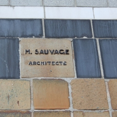 Immeuble - Deutsch: Wohnhaus 21, rue des Perchamps in Paris (16. Arrondissement), Architekt: Henri Sauvage, Signatur: H. SAUVAGE ARCHITECTE