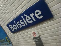 Métropolitain, station Boissière - Français:   Plaque de la station de métro Boissière sur la ligne 6 du métro de Paris.
