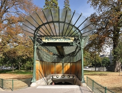 Métropolitain, station Dauphine - English: The entrance of Porte Dauphine metro station in 16th arrondissement of Paris, France.  The building is a work of French architect and designerHector Guimard.</dd>