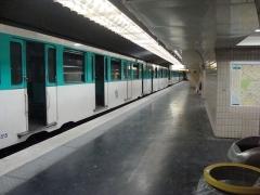 Métropolitain, station Kléber - Français:   Rame à l\'arrêt pour nettoyage sur quai latéral à la station Kléber sur la ligne 6 du métro de Paris