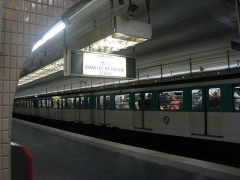 Métropolitain, station Kléber - Français:   Une rame direction Nation à l\'arrêt à la station Kléber sur la ligne 6 du métro de Paris.