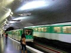 Métropolitain, station Mirabeau -  Deux rames se croisent à la station Mirabeau, ligne 10 du métro de Paris, France.