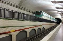 Métropolitain, station Mirabeau - Deutsch: Paris Metro Linie 10 Mirabeau Blick Richtung Gare d'Austerlitz mit Zug