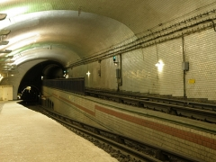 Métropolitain, station Mirabeau - English: Unusual track configuration at the Mirabeau station on Line 10 of the Paris Metro.