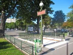 Métropolitain, station Porte-d'Auteuil - Français:   Une des entrées de la station de métro porte d\'Auteuil avec candélabre Dervaux (Paris).