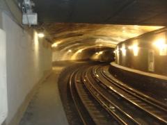 Métropolitain, station Victor-Hugo - Français:   Station Victor Hugo de la ligne 2 du métro de Paris, France. Les quais de l\'ancienne station en courbe abandonnée.
