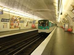 Métropolitain, station Victor-Hugo - Français:   Une rame s\'éloigne de la station Victor Hugo de la ligne 2 du métro de Paris en direction de Nation.