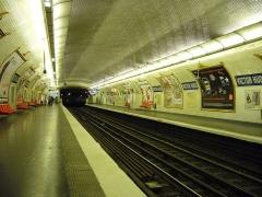 Métropolitain, station Victor-Hugo - Français:   Vue des quais de la station Victor Hugo sur la ligne 2 du métro de Paris.