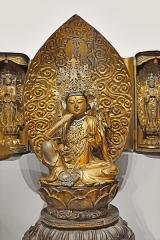 Musée Guimet -  Statue du Bodhisattva Avalokiteshvara au centre d'une vitrine de statues représentant Kannon Bosatsu, la version japonaise du Bodhisattva de la Compassion et qui étaient regroupées selon la volonté d'Émile Guimet dans le premier musée parisien  Bronze et bois laqué et doré Collection du musée Guimet Exposition