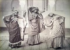 Musée Guimet - Bayadères Oeuvre de Samuel Bourne (1834-1912) 1863-1870 Épreuve à l\'albumine sur papier Collection du MNAAG  Exposition \
