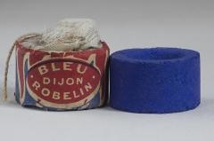Musée Guimet - Bleu Guimet, bleu outremer de synthèse. Jean-Baptiste Guimet, dont l'épouse, artiste-peintre, utilisait du lapis-lazuli  broyé, très coûteux, a inventé en 1826 un bleu outremer artificiel, dit bleu Guimet. Celui-ci est en particulier utilisé pour le blanchiment du linge, dit azurage. Émile Guimet, le fils de l'inventeur, profitera de l'invention de son père pour voyager en particulier en Orient. Le legs de sa collection d'objets d'art asiatiques constitue la création du Musée national des arts asiatiques –Musée Guimet.    Dimensions de la pastille,commercialisée à Dijon, de 1869 à 1911, par la Manufacture de bleu d'outremer de Louis Robelin (maire de Dijon de 1882 à 1886 ):  3 cm de diamètre et 1,8 cm de hauteur. Poids: 20 g