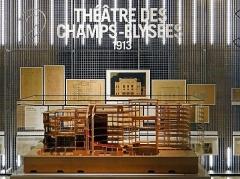 Palais d'Iéna, ancien Musée des Travaux Publics, actuel Conseil économique et social -  L'exposition Auguste Perret, huit chefs-d'oeuvre dans la salle hypostyle du palais d'Iéna La partie consacrée au théâtre des Champs-Elysées construit par A. Perret en 1913 à Paris, le deuxième chef-d'œuvre présenté dans l'exposition avec la maquette de l'ossature du théâtre et des dessins originaux. _______________ Auguste Perret (1874-1954) créé en 1905 avec ses deux frères, Gustave et Claude, une agence d'architecture et une entreprise de construction.  Il construit, en 1903, l'immeuble de la rue Franklin, puis en 1913, le célèbre théâtre des Champs Élysées qui le rend célèbre. Il apparaît alors comme un pionnier du béton armé, conçoit et construit de nombreux bâtiments industriels et réalise en 1923, l'église Notre Dame du Raincy.  Il construit en 1937 le Palais d'Iéna, première application directe de ses théories architecturales dans lesquelles il élabore un ordre moderne, dépourvu d'ornements et utilisant le béton armé mais qui reste inspiré par les principes classiques de l'architecture. Le Palais d'Iéna est destiné initialement à abriter un musée des travaux publics qui fermera ses portes en 1955, faute de visiteurs en nombre suffisant. Mais A. Perret n'a pu construire avant sa mort que la rotonde, l'entrée ainsi que l'aile du palais longeant l'avenue d'Iéna où se trouve la salle hypostyle. La rotonde du palais d'Iéna abrite une salle de conférences (300 places), couverte d'une double coupole, et un hall doté d'un monumental escalier suspendu en fer à cheval.  L'aile sur l'avenue du Président-Wilson ne sera construite qu'en 1960-1962, dessinée par l'architecte Paul Vimond, un élève d'Auguste Perret. Le palais d'Iéna est occupé depuis 1959 par le conseil économique, social et environnemental (CESE) qui organise l'exposition Auguste Perret, huit chefs-d'œuvre!/? avec le soutien de la Fondation Prada. Après la Seconde Guerre mondiale, A. Perret reconstruit le centre-ville du 