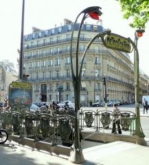 Métropolitain, station Monceau - Français:   Paris 17ème arrondissement - Edicule Guimard station Monceau. Le panneau d\'affichage arbore une publicité pour Fun Radio.