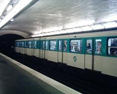 Métropolitain, station Monceau -  Quais avec une rame de métro, station Monceau du Métropolitain de Paris.