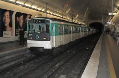 Métropolitain, station Villiers - Deutsch: MF 67 in der Pariser Métrostation Villiers der Linie 3