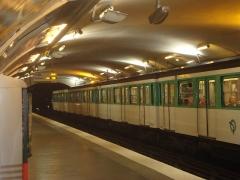 Métropolitain, station Wagram - Français:   Quai de la station Wagram avec rame à l\'arrêt.