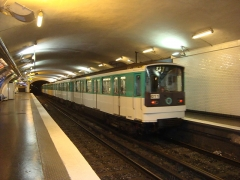 Métropolitain, station Wagram - Français:   Rame au départ de la station Wagram.