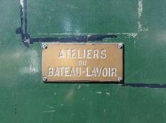 Le Bateau Lavoir - Français:   Plaque en cuivre sur la porte d\'entrée du Bateau-Lavoir.