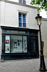 Le Bateau Lavoir -  Cette photo ne représente pas le Bateau-Lavoir mais un bâtiment agrémenté d\'une vitrine dédiée à l\'histoire de celui-ci et située 11 bis place Émile-Goudeau, à gauche de la cité d\'artistes.