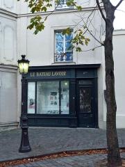 Le Bateau Lavoir -  Cette photo ne représente pas le Bateau-Lavoir mais un bâtiment agrémenté d\'une vitrine dédiée à l\'histoire de celui-ci et située 11 bis place Émile-Goudeau, à gauche de la cité d\'artistes
