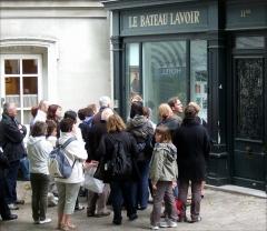 Le Bateau Lavoir - Français:   Cette photo ne représente pas le Bateau-Lavoir mais un bâtiment agrémenté d\'une vitrine dédiée à l\'histoire de celui-ci et située 11 bis place Émile-Goudeau, à gauche de la cité d\'artistes