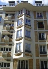 Immeuble - English:   Oriel windows of the building 7 rue Trétaigne (Paris, 18th arrondissement), designed by Henri Sauvage and built in 1903.