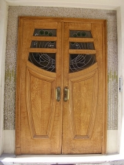 Immeuble - English:   Building 7, rue de Trétaigne (Paris, 18th arrondissement) , built by Henri Sauvage in 1903. One of the two doors (southern one) with its Art Nouveau stained glass window and surrounded by a mosaic.