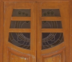Immeuble - English:   Building 7 rue Trétaigne (Paris, 18th arrondissement) , built by Henri Sauvage in 1903. One of the two doors with its stained glass window in Modern Style.