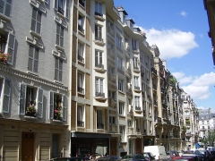 Immeuble - English:   General view of the building 7 rue Trétaigne (Paris, 18th arrondissement) , built by Henri Sauvage in 1903. Seen from the North.