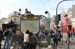 Métropolitain, station Blanche - Français:   Entrée de la station de métro Blanche à Paris.