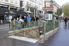 Métropolitain, station Pigalle - Deutsch: Paris Metro 12 Pigalle Eingang West